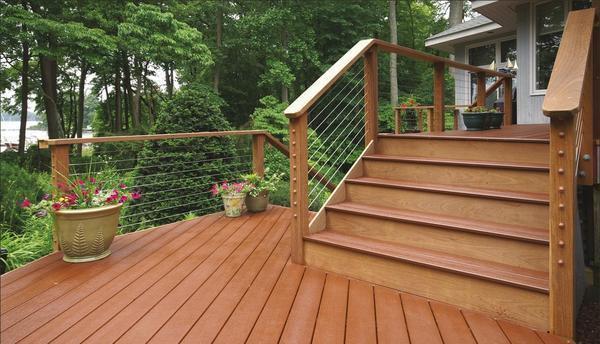 Лестница, покрытая лаком, не только защищена от неблагоприятных воздействий окружающей среды, но и имеет более привлекательный вид