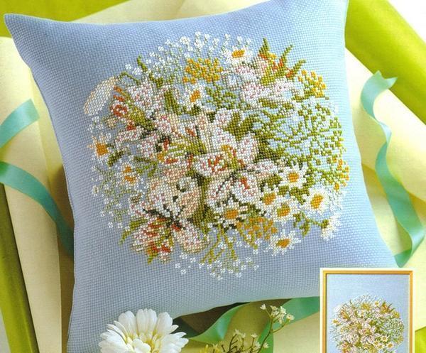 Вышитую крестиком подушку можно украшать лентами, бисером и другим декором