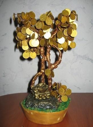 Топиарий из монет хорошо смотрится в интерьере, особенно в прихожей