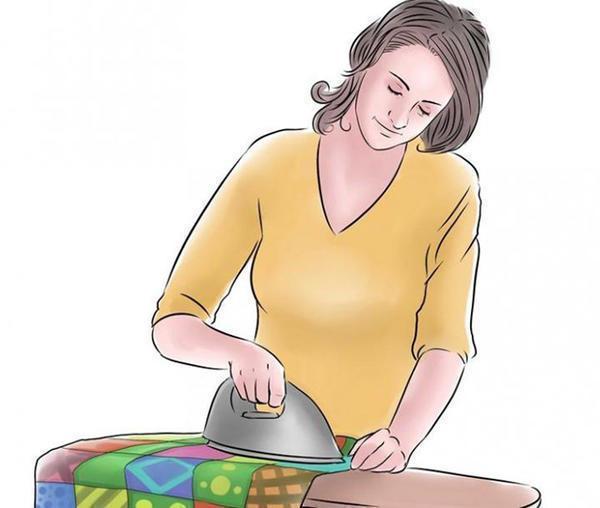 Чтобы лоскутное одеяло длительное время сохраняло привлекательный внешний вид, за ним нужно правильно ухаживать: гладить изделия с синтепоном запрещено