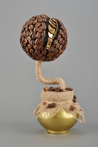 Оригинальным решением является сочетание кофейных зерен и монет, которые якобы выглядывают из своеобразного кармана