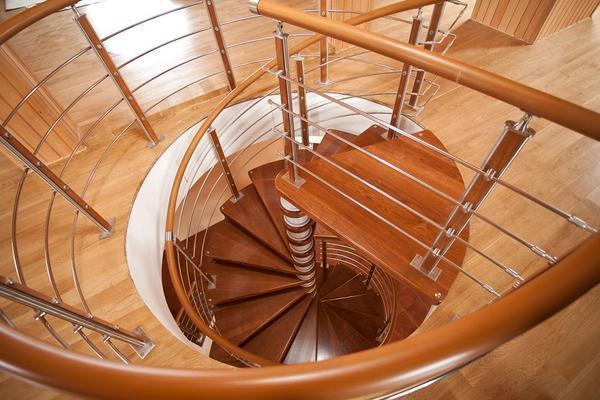 Среди преимуществ винтовой лестницы следует отметить компактность и отличные эстетические качества