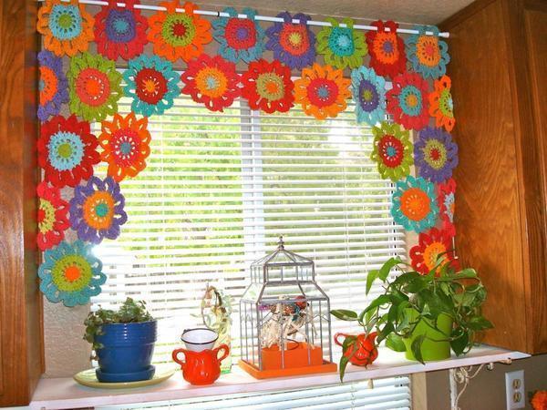 Вязанной шторой в стиле лоскутного шитья можно разнообразить оформление кухонного окна