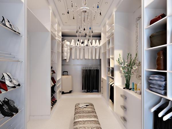 В гардеробной желательно предусмотреть наличие дополнительной площади для размещения новых вещей