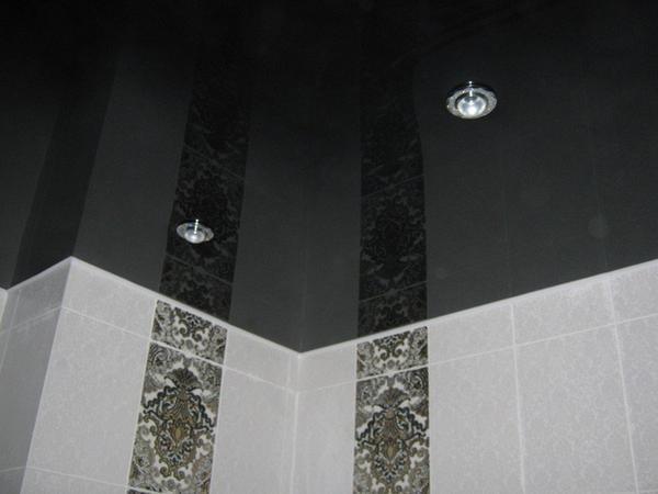 Глянцевый черный потолок в ванной комнате сочетается с плиткой любого цвета