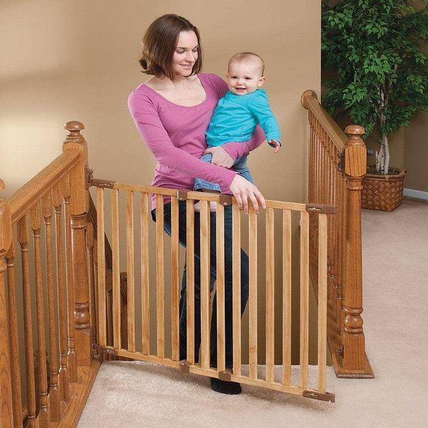 Высота загородок и ширина между их внутренними ребрами не должны позволять малышу пролезть сквозь заграждение или перелезть через него