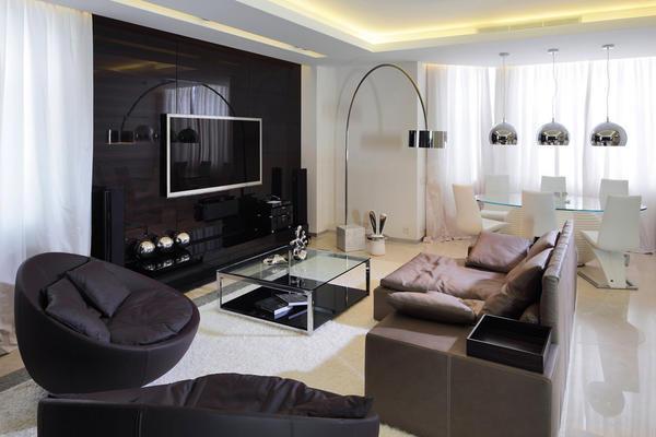 Обои светлых пастельных тонов и темная мебель в зале - это классика дизайнерского искусства
