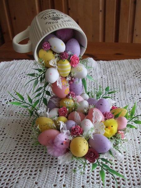 Пасхальный топиарий в виде летающей чашки, украшенной яйцами, является прекрасным подарком на праздники