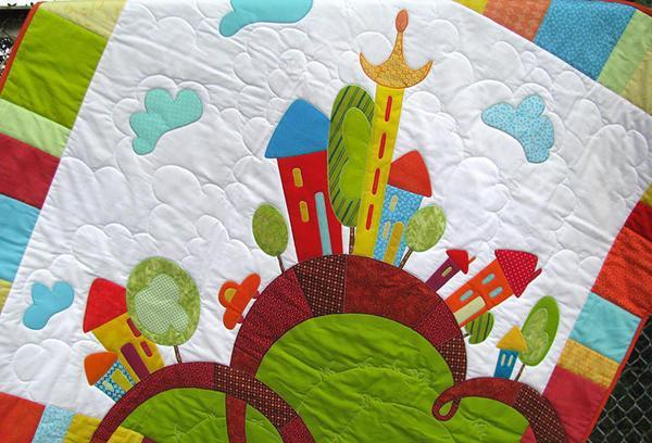 Лоскутное одеяло в стиле пэчворк, изготовленное своими руками, станет отличным украшением детской комнаты или оригинальным подарком