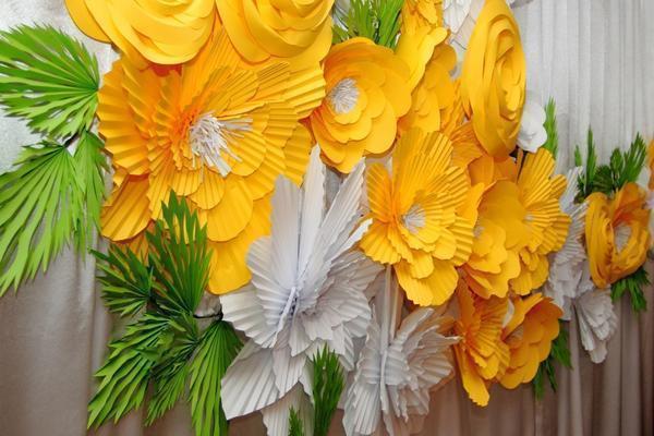В отличии от живых цветов, бумажные не будут осыпаться и терять свою привлекательность