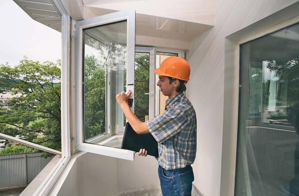 Наиболее частыми проблемами, которые возникают с пластиковыми окнами и дверьми, являются неполадки в работе ручек
