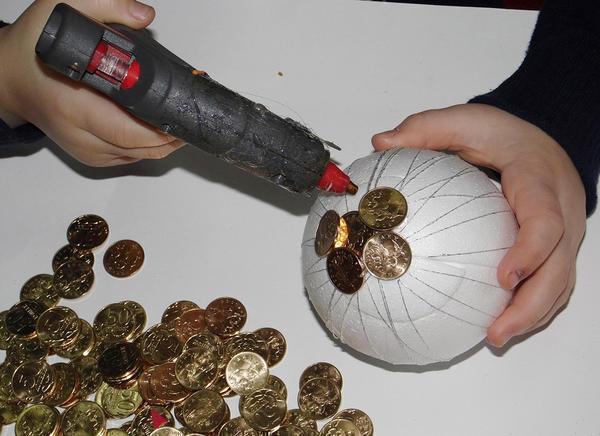 В качестве заготовки отлично подойдет шар, вырезанный из пенопласта