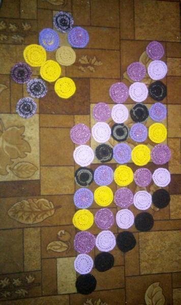 Количество кружков может быть любым - на сколько хватит ниток. Выложите их на полу – вы должны видеть общую картину и проверить, всего ли хватает