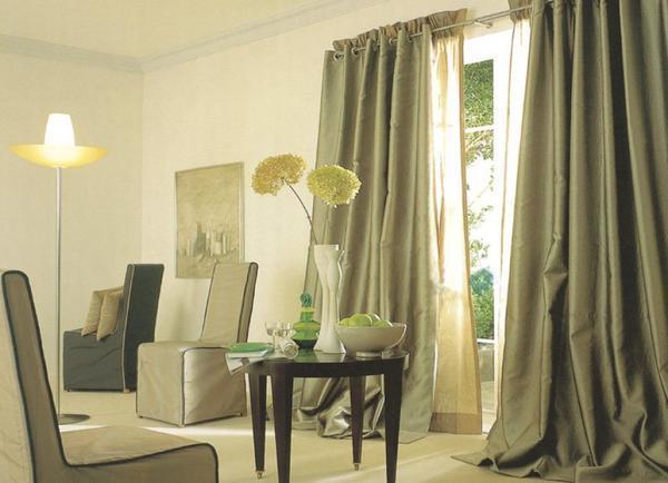 Если в гостиной низкие потолки, используйте шторы в пол