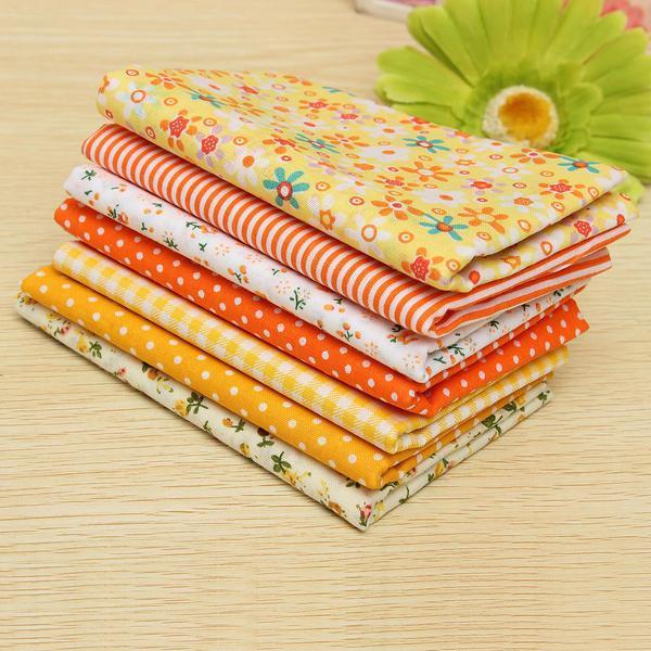 Для изготовления изделия потребуются лоскутки хлопчатобумажной набивной ткани и синтепон