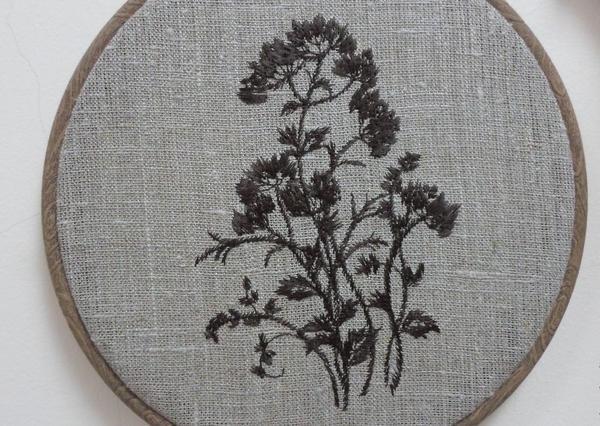 Несмотря на свою внешнюю простоту, мешковина может стать отличным материалом для изготовления панно