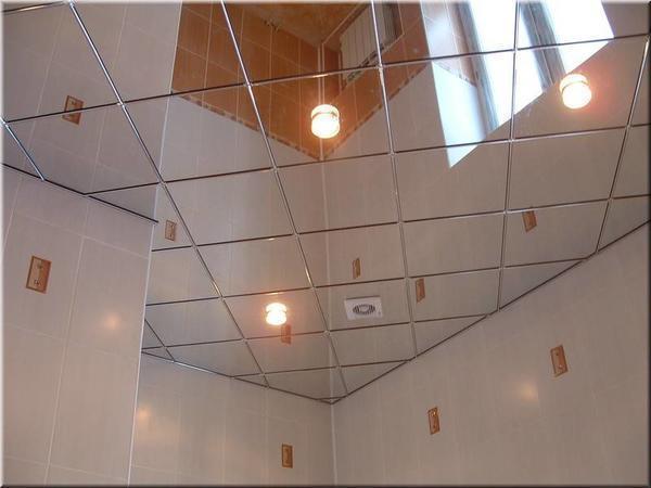 Зеркальный потолок в ванной комнате смотрится довольно неординарно