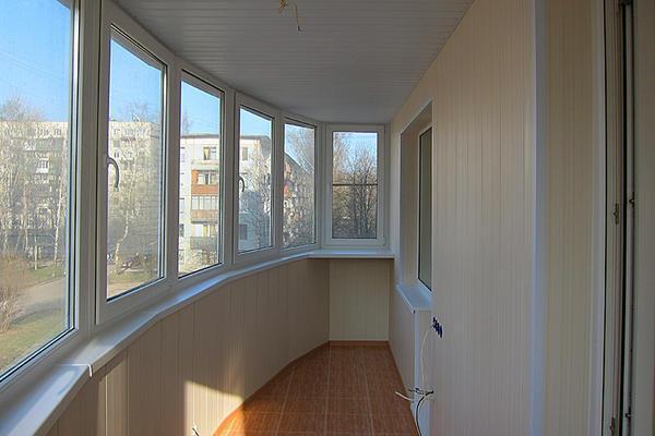 Если балконная пластиковая дверь не закрывается плотно, в таком случае саму дверь нужно закрыть и немного прижать к балконному блоку, чтобы блокиратор стал на место