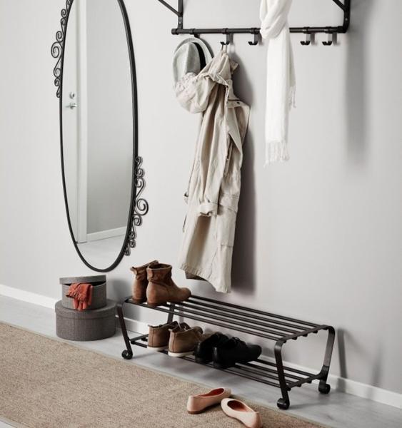 Выбирать металлическую подставку под обувь следует с учетом размера и особенностей коридорного помещения
