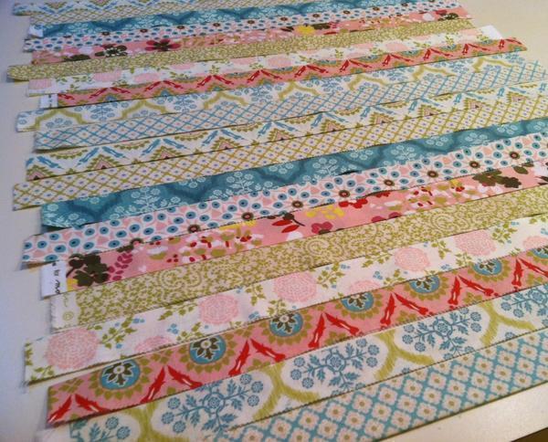 Для лоскутного шитья полосками заготавливают множество разноцветных деталей с прокладкой из синтепона