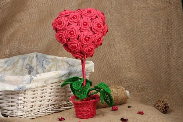 Отличным подарком для любимой девушки станет красный топиарий в форме сердца