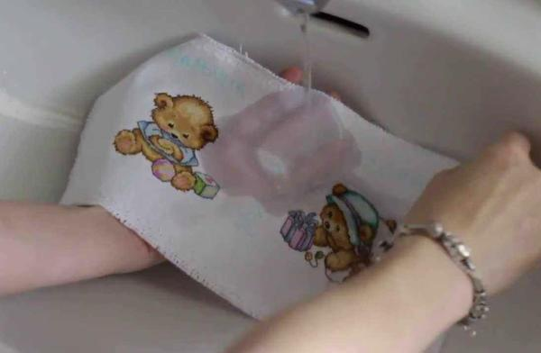 Перед пошивом подушки, специалисты рекомендуют готовую вышивку постирать в мыльной теплой воде, высушить и прогладить