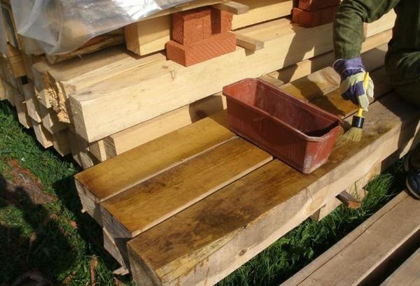 Брусья из дерева подвержены гниению и негативному воздействию жуков-короедов, поэтому перед монтажными работами все деревянные конструкции рекомендуется тщательно обрабатывать