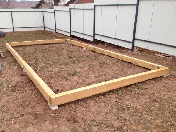 При установке столбчатого фундамента столбы не стоит глубоко вкапывать в землю, так как тепличная конструкция не тяжелая