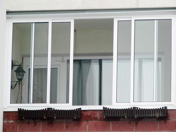Раздвижные рамы на балкон могут быть выполнены из различных материалов