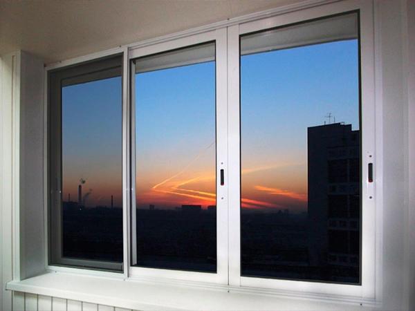 Раздвижные пластиковые окна на балкон могут быть нескольких видов