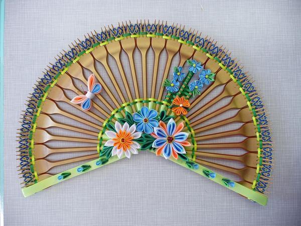 Одноразовые вилки вполне можно задействовать для изготовления панно, например, в виде веера