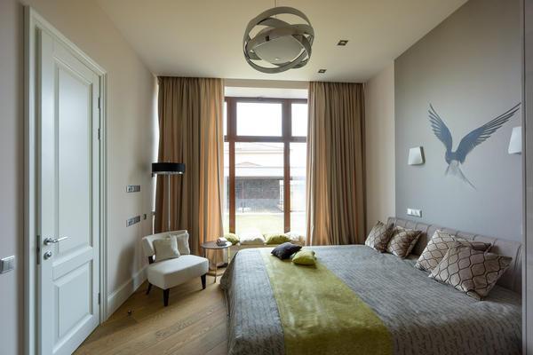Сделать интерьер спальни гармоничным можно при помощи практичной мебели и красивых элементов декора