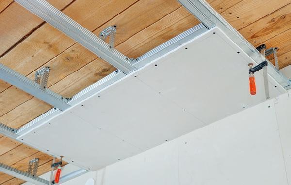 Способ крепления ГКЛ сразу к деревянному потолку имеет больше недостатков, чем положительных моментов