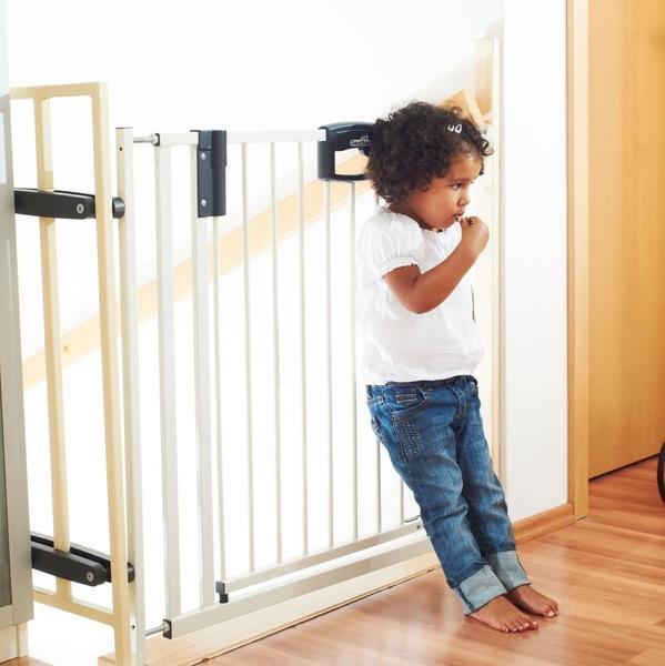 Безопасная калитка на лестницу должна иметь только вертикальные решетки, именно такое строение не даст ребенку использовать горизонтальные перекрытия в качестве ступенек
