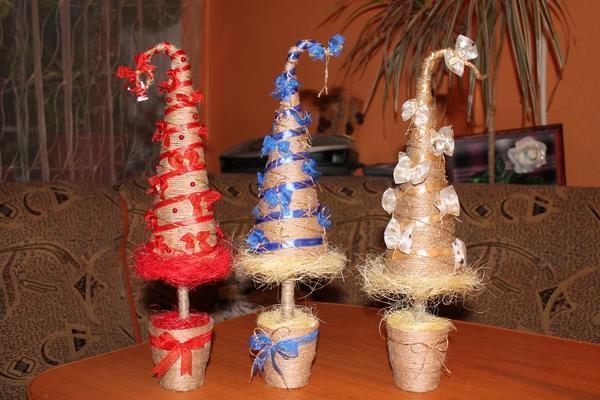 Вовсе не обязательно делать топиарий в виде шара — конструкция в виде новогодней елочки также будет уместна