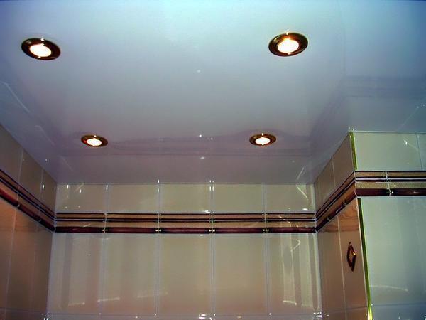 В случае протекания натяжного потолка, следует немедленно осуществить его ремонт
