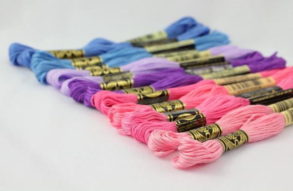 Для вышивания крестиком отлично подойдут хлопчатобумажные или синтетические нити мулине различной цветовой палитры