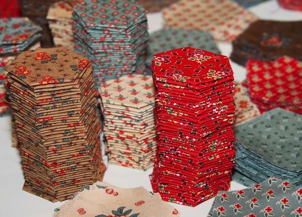 Для создания простого изделия неопытным рукодельницам потребуется множество лоскутков ткани в форме сот
