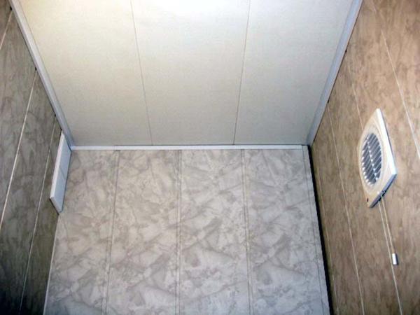 Пластиковый потолок стоит недорого и его легко установить