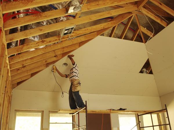 Гипсокартон пользуется большой популярностью благодаря тому, что из него можно смонтировать многоуровневые потолочные конструкции и скрыть под ними электропроводку и другие коммуникации